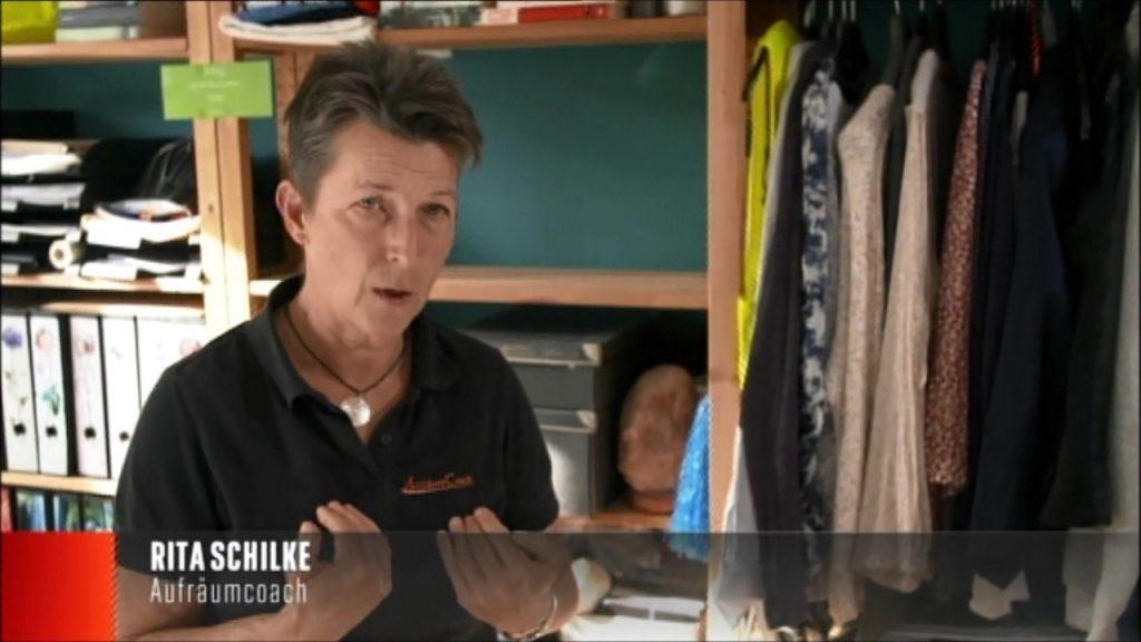 Foto: Aufräumcoach Rita Schilke in der Wohnung einer Kundin erklärt ihre Arbeitsweise