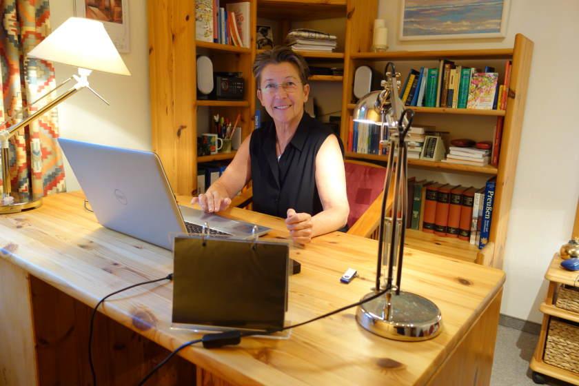 Aufräumcoach Rita Schilke im aufgeräumten Homeoffice