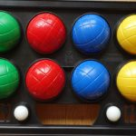Kinderzimmer organisieren: 6 wertvolle Tipps Farbige Bowling-Kugeln in vier Reihen nebeneinander angeordnet, jeweils zwei Kugeln in den Farben grün, rot, blau und gelb