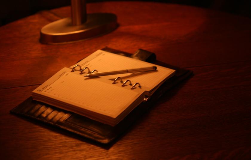 Kalender mit Stift für Termin zur Chaosbeseitigung